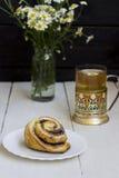 与春黄菊和卷的茶 图库摄影