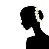 与春黄菊的妇女外形在她的头发 免版税库存图片