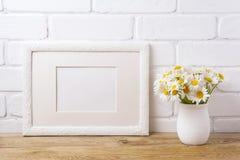 与春黄菊花束的白色风景框架大模型在土气VA 免版税库存图片