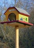与显示一个农村场面的绘画的鸟饲养者 库存图片