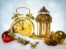 与显示五的金减速火箭的时钟的新年快乐消息对中间 免版税库存照片