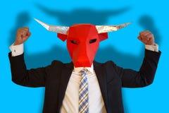 与显示力量的公牛面具的商人 免版税库存照片