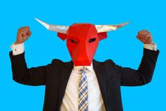 与显示力量的公牛面具的商人 库存照片