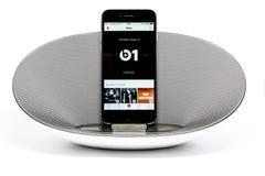 与显示苹果计算机的扩音器的IPhone 6 免版税图库摄影