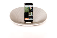 与显示苹果计算机音乐的扩音器的IPhone 6 免版税库存照片