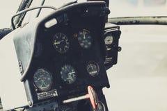 与显示量器的老直升机驾驶舱直升机仪表板 免版税库存照片
