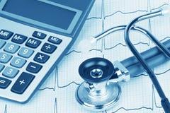 与显示医疗保健的费用听诊器和计算器的EKG 免版税库存照片