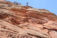 与显示年龄的岩石layeres的巨型岩石  免版税库存照片