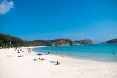 与晒日光浴在泰国的外国人的海滩视图 免版税库存照片