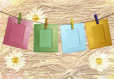与晒衣夹的五颜六色的纸框架在抽象背景 免版税库存照片