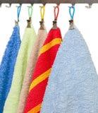 与晒衣夹的毛巾在挂衣架勾子  库存照片