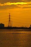 与晚上阳光的沿海工业庄园 免版税库存图片
