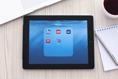 与普遍的新闻app的IPad在屏幕上在的桌上 库存照片