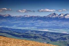 与晴朗的土坎和绿色山谷, Tatra斯洛伐克的Krivan峰顶 免版税库存照片