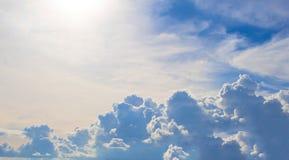 与晴朗的火光的多云天空 多雨云彩横幅 与云彩积云的自然照片场面在天际上 免版税图库摄影