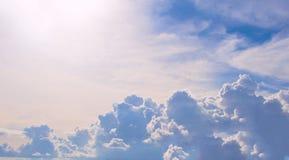 与晴朗的火光的多云天空 横幅蓝天 与云彩积云和阳光的自然照片场面 库存图片