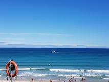 与晴朗daay和海的海滩 图库摄影