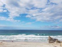 与晴朗daay和海的海滩 库存图片