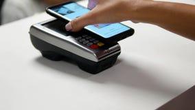 与智能手机的不接触的付款 股票视频