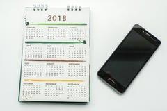 与智能手机的创造性的设计2018日历plani的 免版税库存图片