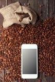 与智能手机的咖啡概念 免版税库存图片