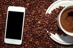 与智能手机的咖啡 库存图片