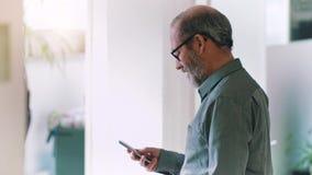 与智能手机的商人在办公室 股票录像
