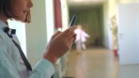 与智能手机的女小学生教育在学校概念 少女青少年和支持窗口的使用智能手机  股票视频