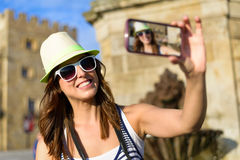 与智能手机的女性旅游采取的selfie照片 免版税库存图片