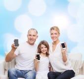 与智能手机的愉快的家庭 库存图片