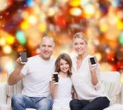 与智能手机的愉快的家庭 免版税库存图片