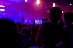 与智能手机的摇滚乐音乐会 图库摄影