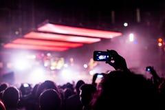 与智能手机的摇滚乐音乐会 库存图片