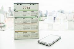 2018与智能手机的日历 免版税图库摄影