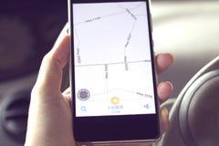 与智能手机的GPS应用 图库摄影