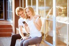 与智能手机,愉快的年轻夫妇的Selfie 免版税库存图片