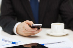 与智能手机读书新闻的商人 库存图片