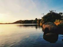 与暮色大气的平安的海滨 库存照片