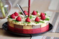 与曲奇饼外壳的草莓蛋糕 免版税库存图片