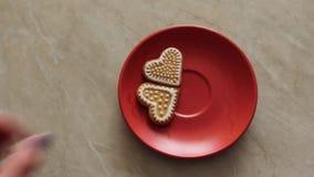 与曲奇饼心脏形式的咖啡 夫妇日例证爱恋的华伦泰向量 股票视频