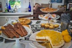 与曲奇饼的选择,巧克力biscotti的点心桌 免版税库存图片