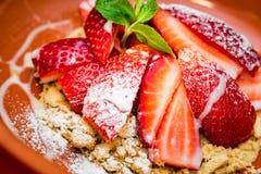 与曲奇饼碎屑的接近的草莓点心 库存图片