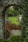 与曲拱的历史的石段落在一个宫殿的繁茂花园里在意大利北部 库存图片