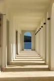 与曲拱的大阳台在旅馆 免版税图库摄影