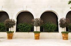 与曲拱的大阳台在旅馆 免版税库存图片