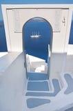 与曲拱的狭窄的楼梯和seaview在Oia,圣托里尼 免版税库存照片