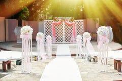 与曲拱的美丽的婚礼的装饰和花 免版税库存照片