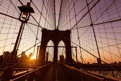 与曼哈顿地平线美国的布鲁克林大桥日落 库存照片