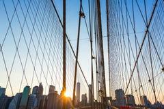 与曼哈顿地平线美国的布鲁克林大桥日落 免版税库存照片