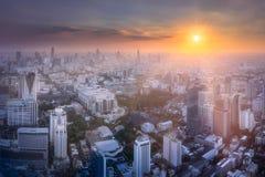 与曼谷摩天大楼的日落都市风景  免版税库存照片